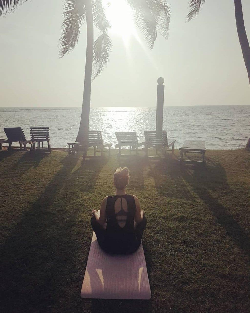 Ich mache Yoga am Strand