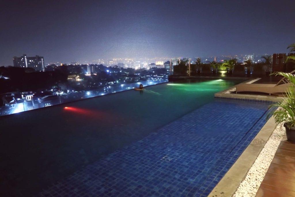 Infinity - Pool über den Dächern Indonesiens