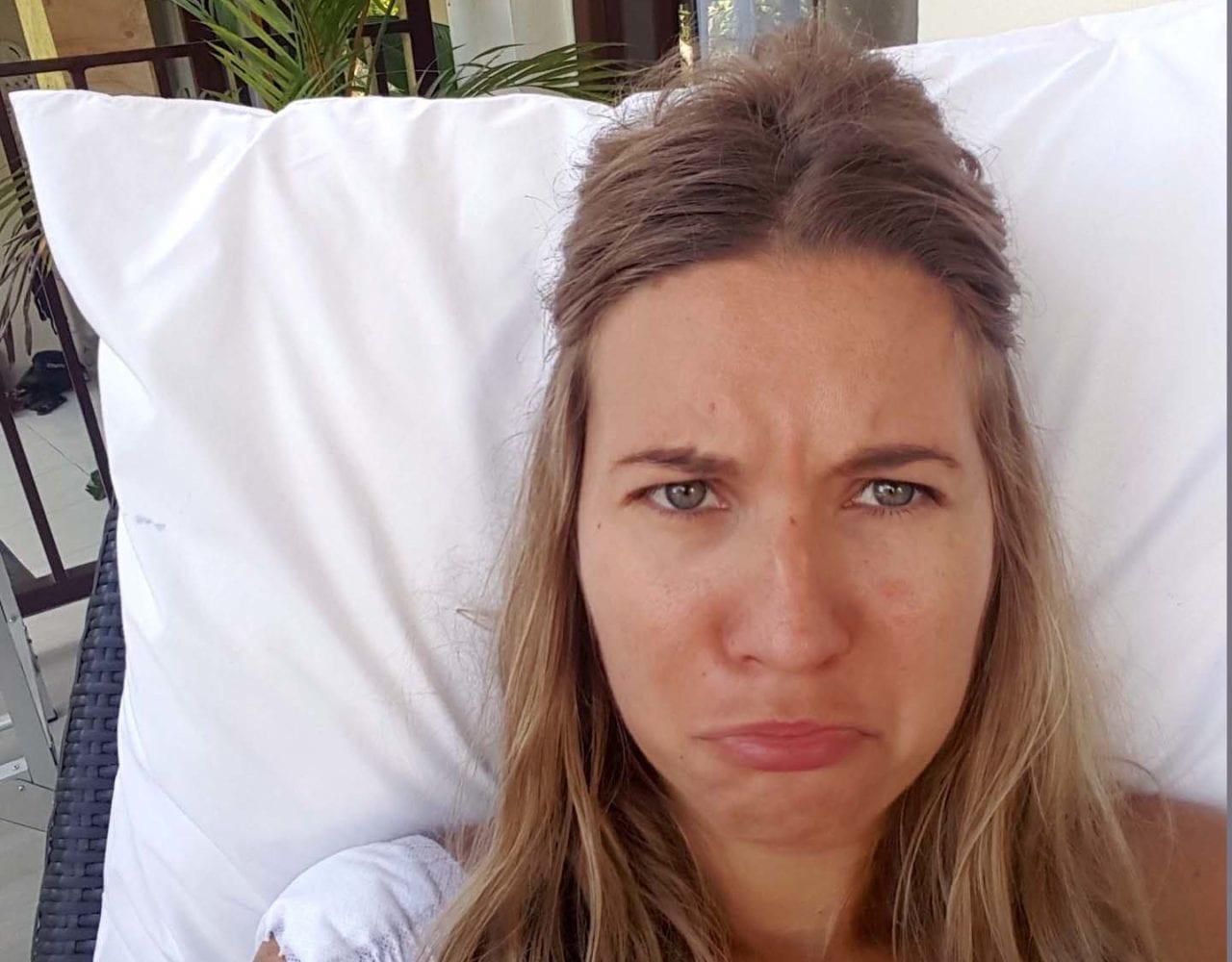 Verwundete Frau guckt traurig