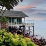 Haus auf Stelzen im Meer