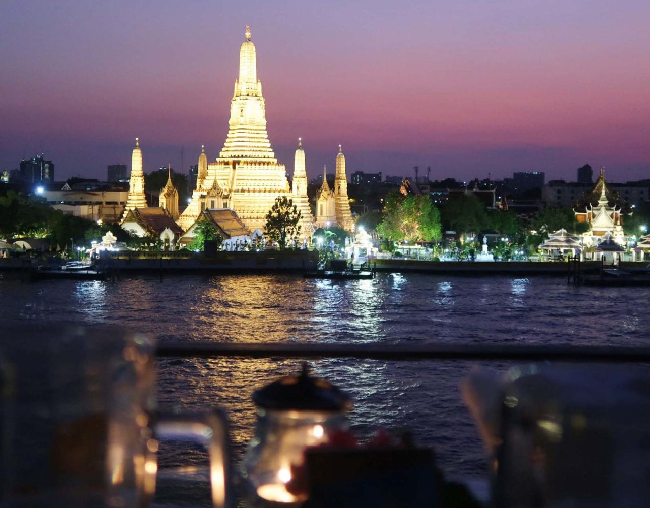 Wat Arun beleuchtet vor pinkem Himmel